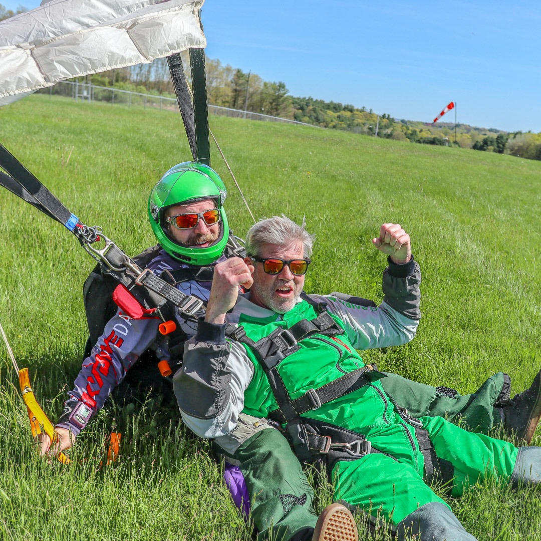 Landing the parachute from a tandem skydiver